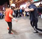 Futbolista callejero haciendo virguerias