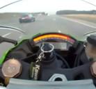Va a 299 kms por hora y lo adelanta un coche