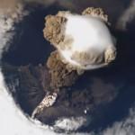 Vista desde el espacio de un volcan en erupcion
