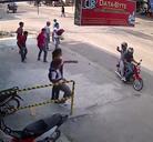 Jovenes engañan a una camara de seguridad