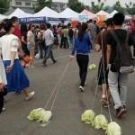 Chinos ponen de moda el pasear lechugas